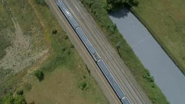 田舎の高速通勤電車の高レベルのビュー - 乗客点の映像素材/bロール