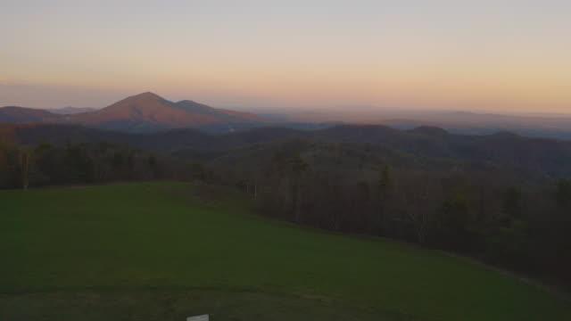 a high peak in the blue ridge mountains viewed from the blue ridge parkway - spektakularny krajobraz filmów i materiałów b-roll