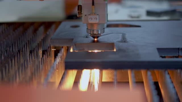 hög precision cnc laser skär metallplåt med ljus gnista i fabriken - svarv bildbanksvideor och videomaterial från bakom kulisserna