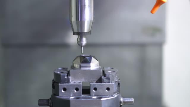 hög precision cnc-bearbetningscenter som arbetar, förarbearbetning av fordonsprovdelprocessen i fabriken - svarv bildbanksvideor och videomaterial från bakom kulisserna
