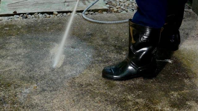 pulizia dell'acqua ad alta pressione, vista laterale hd slow motion. - tubo flessibile video stock e b–roll