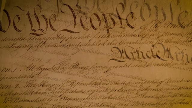 vidéos et rushes de vidéo 4k haute résolution illustrant le document de la constitution des états-unis. - démocratie
