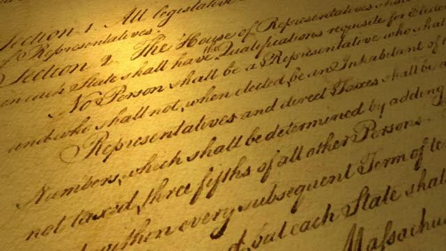 vidéos et rushes de vidéo haute résolution avec l'accent sur une partie du texte de la constitution des états-unis. - démocratie