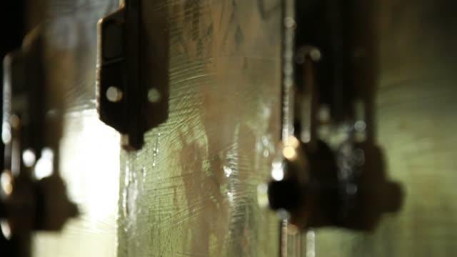 vídeos de stock, filmes e b-roll de high school armários - armário com fechadura