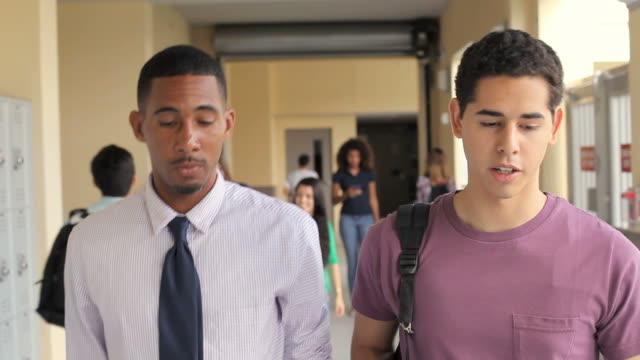 Escola aluno e professor a pé ao longo do corredor - vídeo
