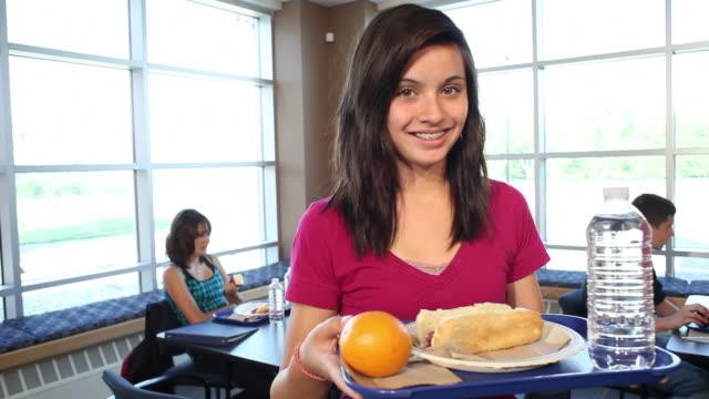 vidéos et rushes de lycée étudiant avec le déjeuner sur plateau - élève