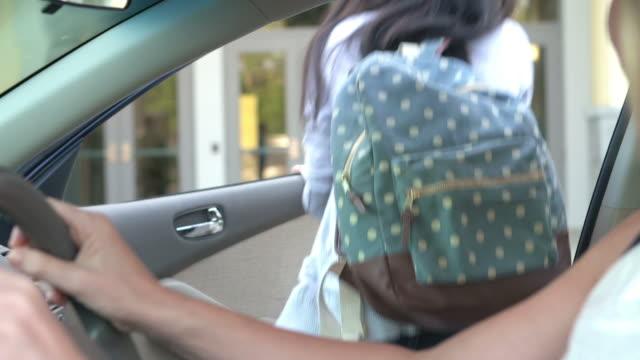 vidéos et rushes de les lycéens être déposés à l'école de leurs parents - homme faire coucou voiture