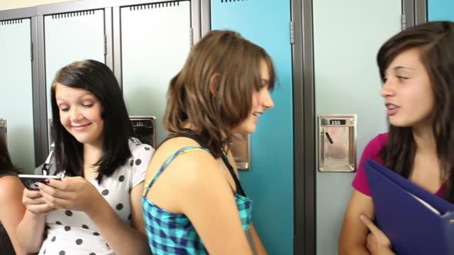 vídeos de stock, filmes e b-roll de alunos do ensino médio em pé com armários - armário com fechadura