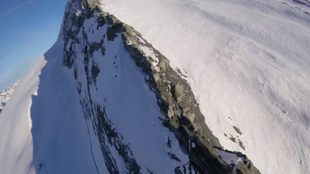 hög hastighet drone flyger upp kniven kanten alpine ridge - bergsrygg bildbanksvideor och videomaterial från bakom kulisserna