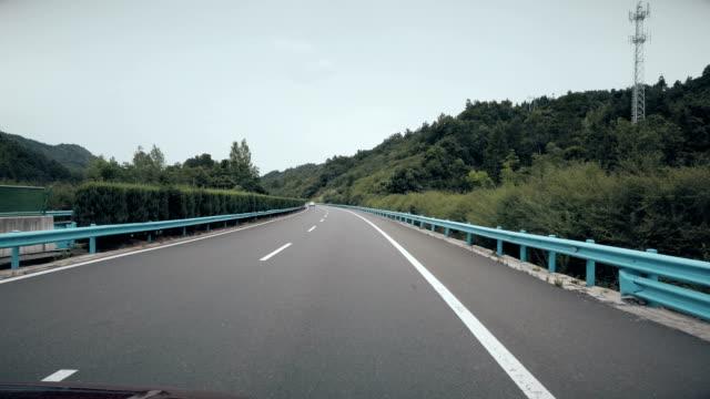 vídeos de stock e filmes b-roll de high speed road - berma da estrada