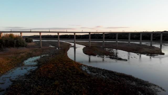 vidéos et rushes de pont high trestle trail au-dessus de la rivière des moines - route surélevée