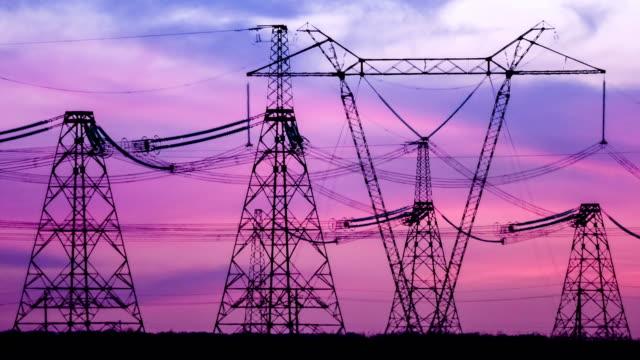 高電壓輸電鐵塔能量塔。日落。熱煙霧。遊戲中時光倒流。 - 亞洲中部 個影片檔及 b 捲影像