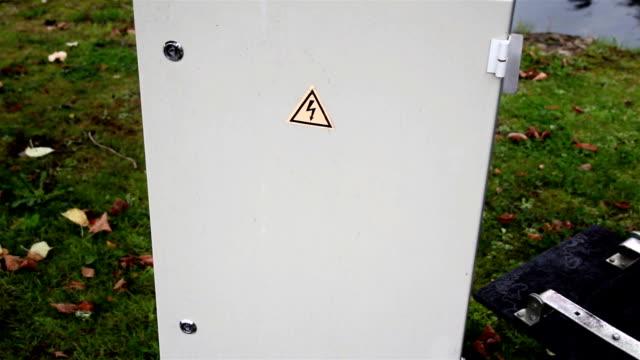 знак высокое напряжение в кабинете - lightning стоковые видео и кадры b-roll