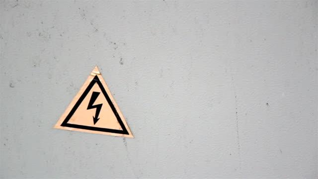знак высокое напряжение на дверь - lightning стоковые видео и кадры b-roll