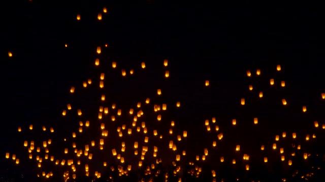 vidéos et rushes de mettre en évidence des lanternes flottantes yee peng festival, fête de loy krathong à chiangmai, thaïlande - bonne chance