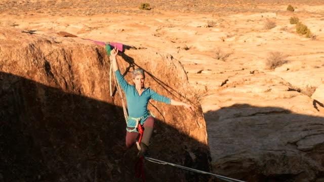 モアブ、ユタ州の highlining - 勇気点の映像素材/bロール