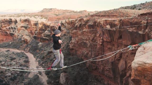 モアブ、ユタ州の highlining - エクストリームスポーツ点の映像素材/bロール