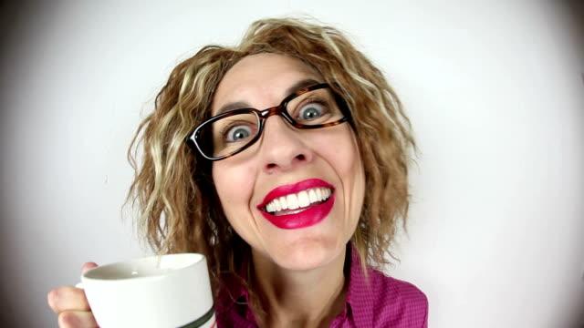 stark koffeinhaltige frau - koffeinmolekül stock-videos und b-roll-filmmaterial