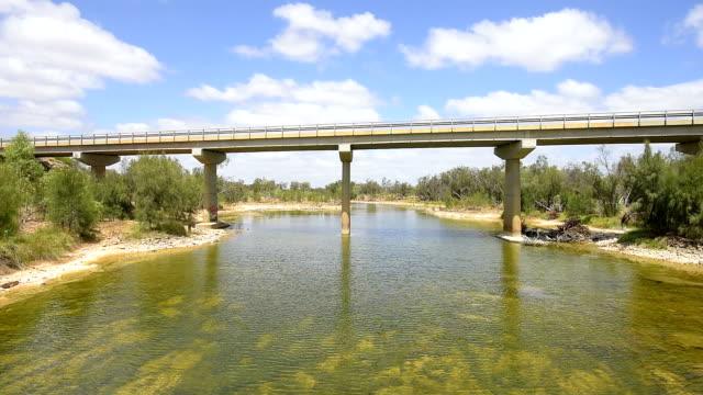 stockvideo's en b-roll-footage met highway 1 - galena brug over de murchison rivier. west-australië - caravan