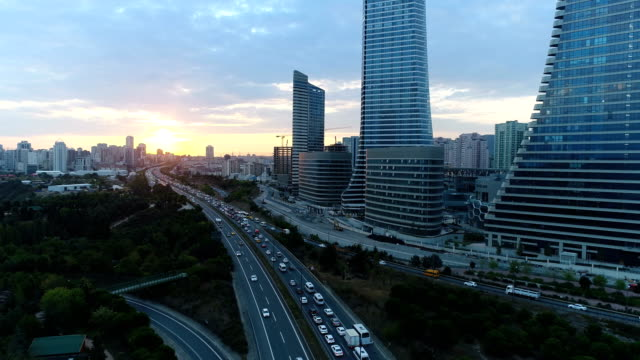 vídeos de stock e filmes b-roll de highway and skycrapers at sunrise (istanbul) 4k - istambul