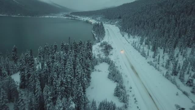vídeos y material grabado en eventos de stock de carretera conduciendo por el campo de nieve - viaje a canadá
