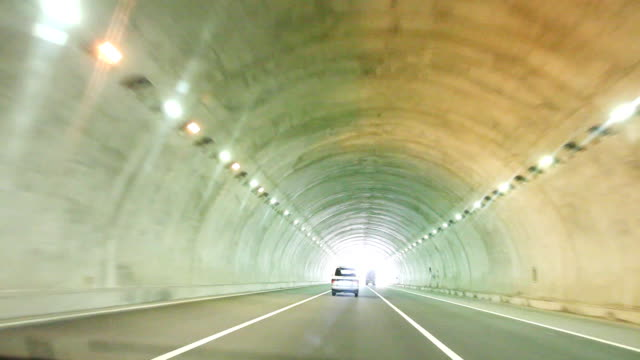 highway guida attraverso tunnel: - subway video stock e b–roll