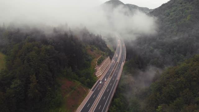 Carretera en la mañana; vista aérea - vídeo