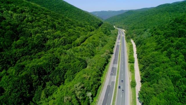 highway in den bergen - pflanzenbestandteile stock-videos und b-roll-filmmaterial