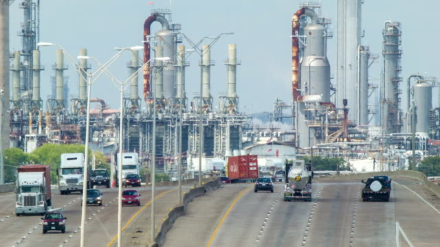 vidéos et rushes de l'autoroute en direction de deer park zone industrielle de près de houston, texas - canicule