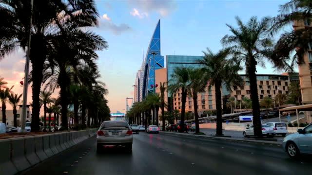 vídeos de stock e filmes b-roll de highway of riyadh - torre estrutura construída
