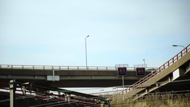 vidéos et rushes de passage supérieur de l'autoroute avec voitures et camions - route surélevée
