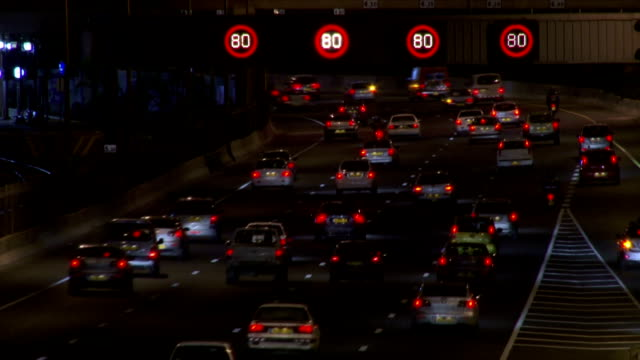 stockvideo's en b-roll-footage met highway speed 80 night time-lapse - maximumsnelheid bord