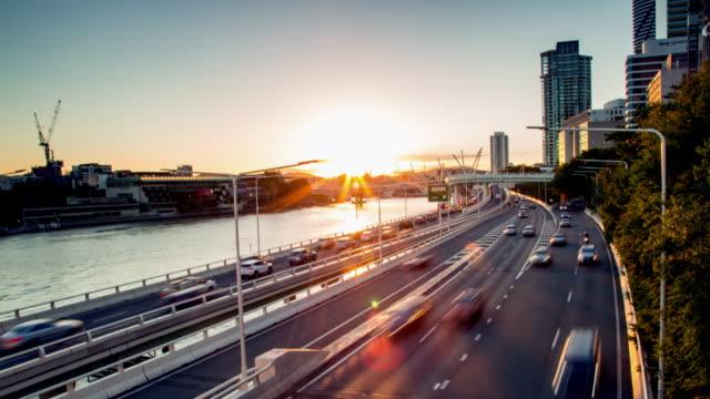 Sunset Highway Traffic par une rivière 4k laps de temps - Vidéo