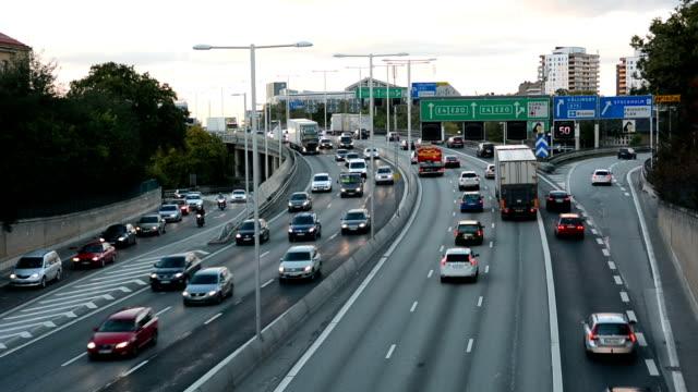 vidéos et rushes de autoroute trafic au crépuscule - suede