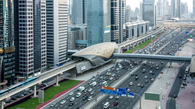hd: traffico su autostrada a dubai - paesi del golfo video stock e b–roll