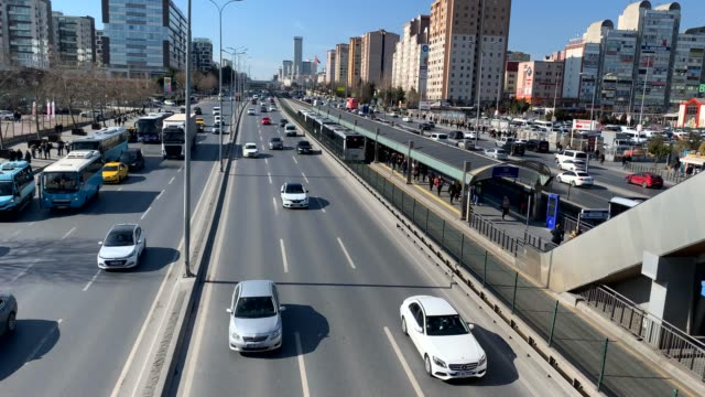 4k: highway traffic, metrobus, istanbul, turkey - autobahn video stock e b–roll