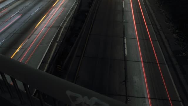 vídeos y material grabado en eventos de stock de 4 k carretera tráfico noche timelapse coches rayas - uso compartido del coche