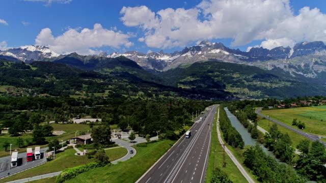 vídeos de stock, filmes e b-roll de tráfego da estrada de carro e caminhões zangão aéreo 4k vídeo - tyrol state austria