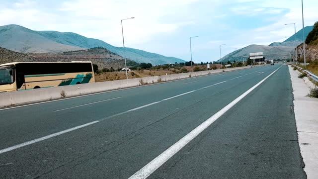 vídeos de stock e filmes b-roll de highway - berma da estrada
