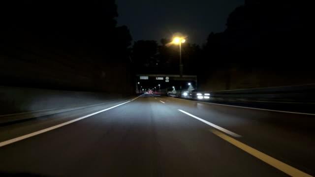 Highway Blick auf die wunderschöne Bucht von Tokio Strukturen in der Nacht. – Video