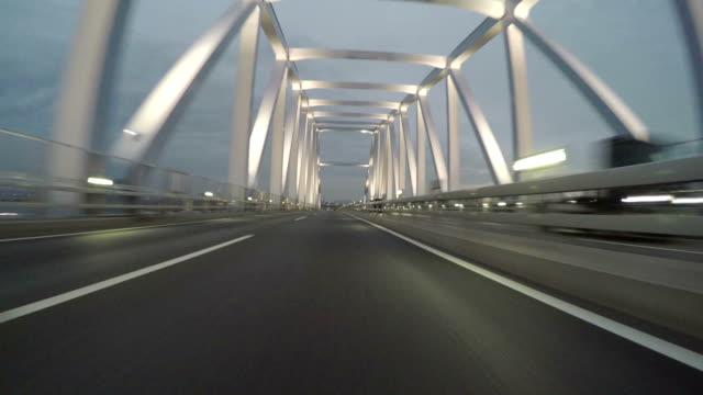 Highway Blick auf die wunderschöne Bucht von Tokio Strukturen in der Abenddämmerung. – Video