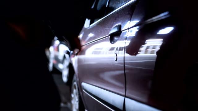 vídeos de stock e filmes b-roll de hijacks the car - ladrão