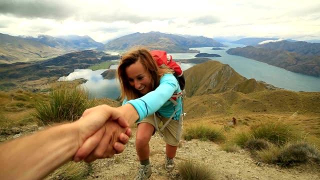 assist compagno di squadra scarpa da hiking in montagna - avvicinarsi video stock e b–roll