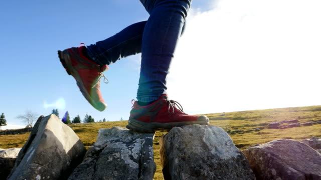 vandrare vandring på solig dag på berget uttrycker frihet, hälsa, sportighet och äventyr. - single pampas grass bildbanksvideor och videomaterial från bakom kulisserna