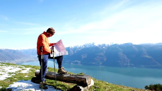 look da scarpa da hiking dal punto di vista mappa - viaggio d'istruzione video stock e b–roll