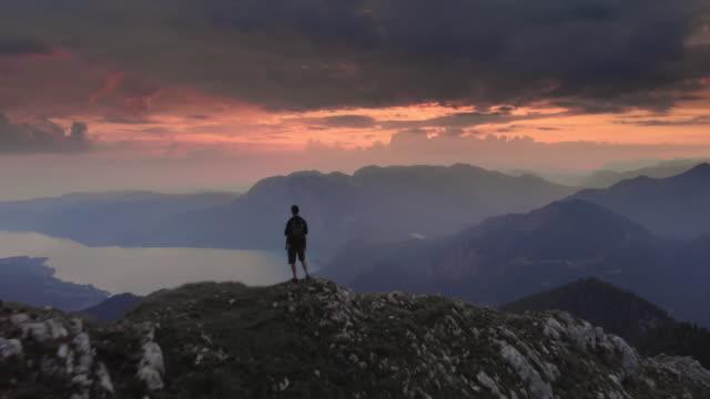wanderer stehen auf dem bergrücken am schafberg, salzkammergut, österreich - salzburg stock-videos und b-roll-filmmaterial
