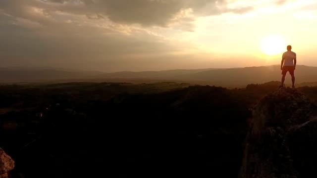 站在懸崖頂端的徒步者 - 懸崖 個影片檔及 b 捲影像