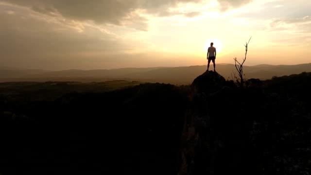 hiker står på toppen av klippan - på gränsen bildbanksvideor och videomaterial från bakom kulisserna