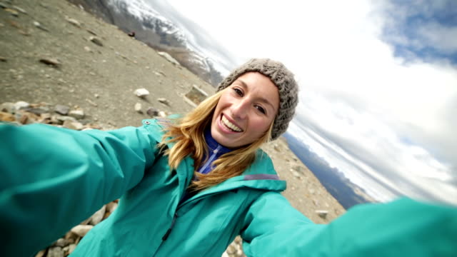 scarpa da hiking è a 360 gradi selfie da montagna - ritratto 360 gradi video stock e b–roll