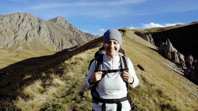 hiker kvinna promenader berg - endast unga kvinnor bildbanksvideor och videomaterial från bakom kulisserna